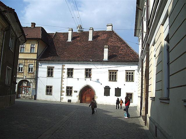 Hunyadi Mátyás Kolozsváron ebben a házban született. A korszakban egy ilyen ház drága volt. Kép forrása: Wikipedia